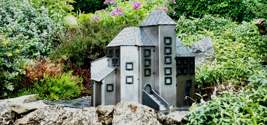 Das Burg 3d-Modell wurde mit zusammengeschweißten Blechplatten in die Realität umgesetzt.